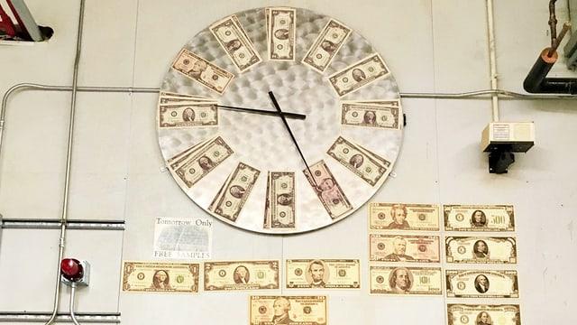Uhr mit Dollarnoten statt Ziffern.