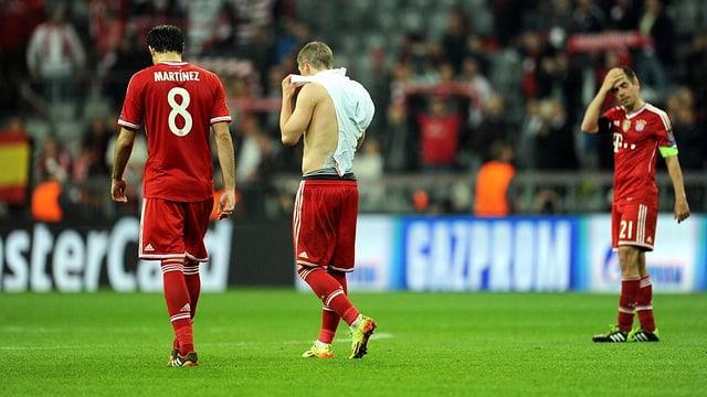 Die Bayern-Spieler verlassen nach dem Debakel den Platz mit gesenktem Haupt.