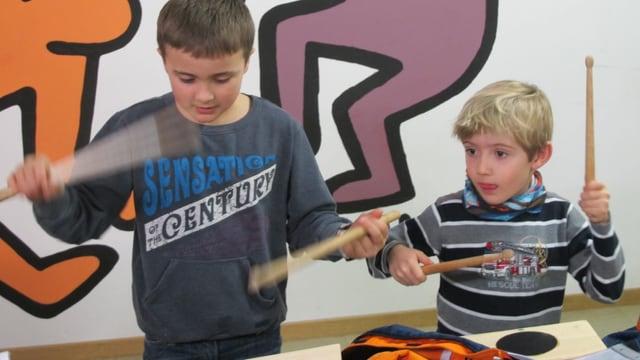 Zwei Jungen spielen konzentriert mit