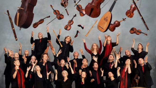 Die Bildmontage zeigt eine Grupee von Musikern und Musikerinnen, die allesamt in die Luft schauen, wo ihre Instrumente schweben. Bildmontage.