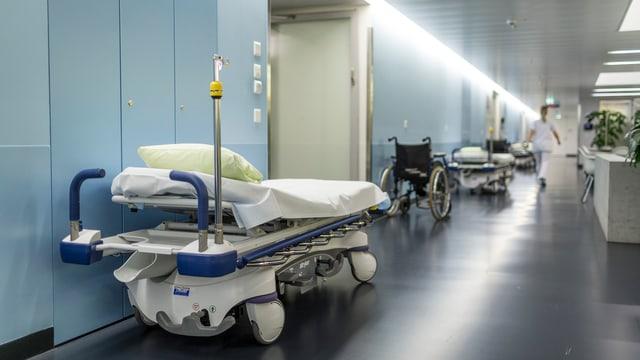 Spitalbetten im Trakt eines Krankenhauses.