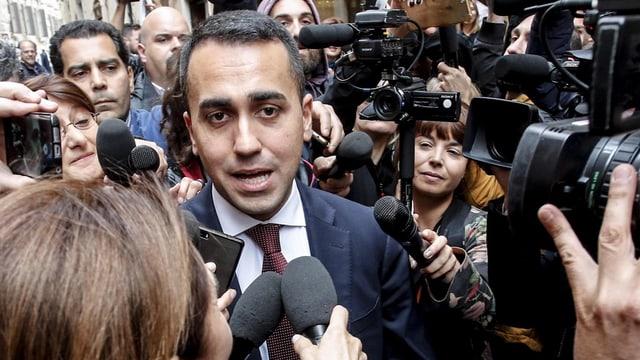 Di Maio umringt von Journalisten mit Kameras.