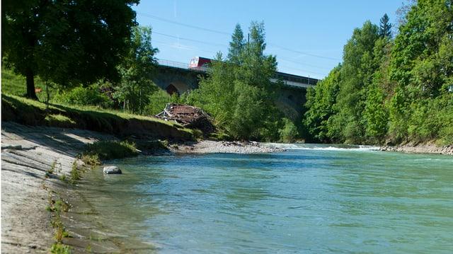 Thur mit Steinufer und Zug auf Brücke im Hintergrund