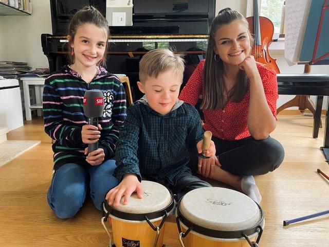 Julia, Matteo und Angela im Wohnzimmer am musizieren auf Trommeln