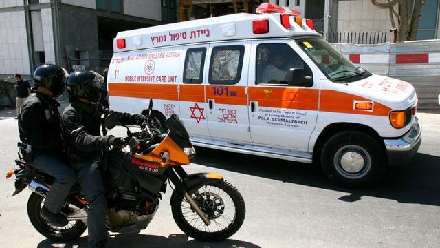 Eine Ambulanz verlässt das Gebäude eines Spitals.