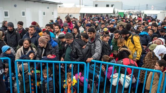 Fuola da fugitivs al cunfin da la Grezia cun la Macedonia.