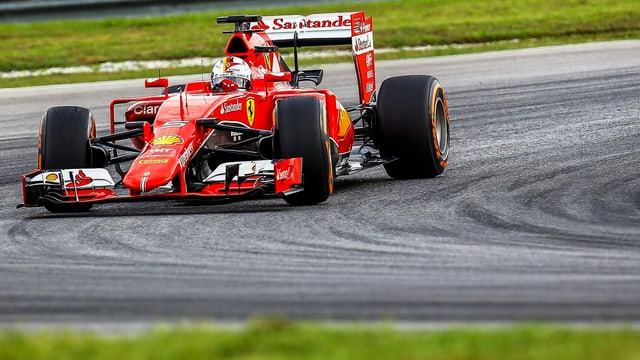 Sebastian Vettel fährt auf der Strecke in Malaysia eine Linkskurve.