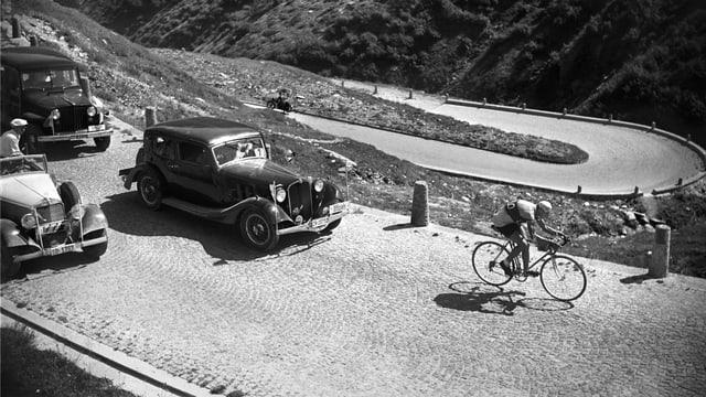 1947 gewann der Schweizer Ferdinand Kübler die Bergetappe über den Gotthard. Auf dem Bild sieht man ihn auf der Tremola.