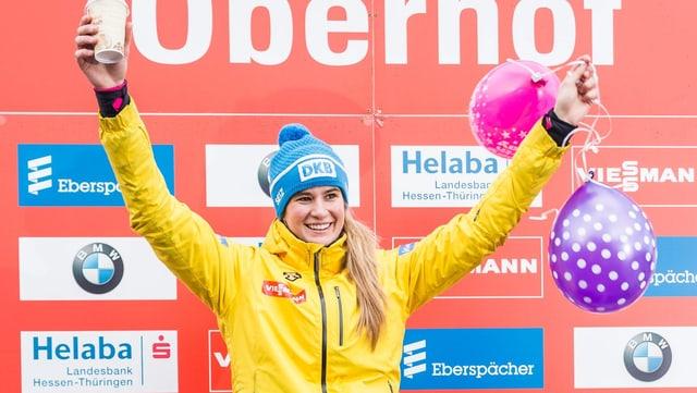 Natalie Geisenberger mit Geburtstags-Ballonen auf dem Siegerpodest.