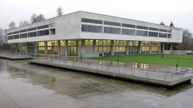 Ein rechteckiges Gebäude aus Beton.