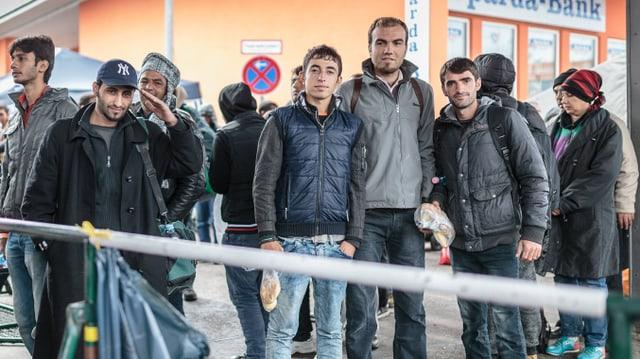 Junge Männer stehen in einer Reihe.