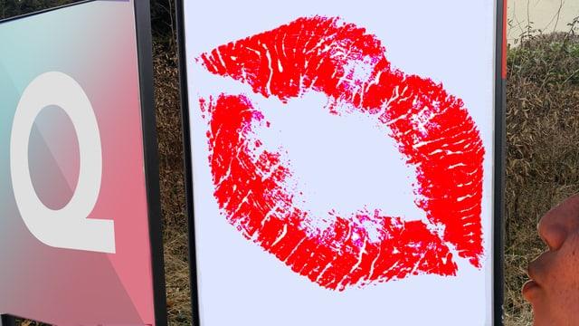 Ein Plakat mit einem Kuss-Mund, eine Passantin mit Kuss-Mund.
