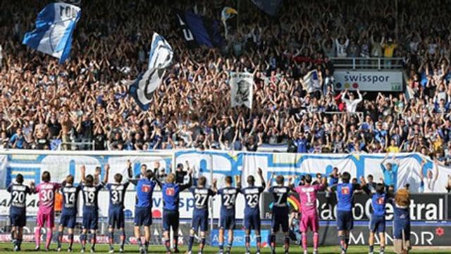 FCL-Fans auf der Tribüne jubeln den Spieler zu.