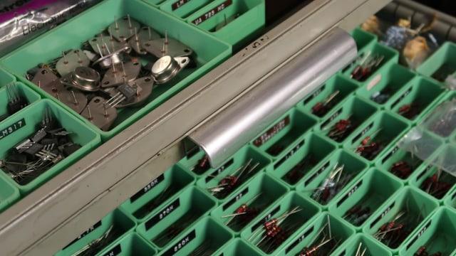 allerlei Elektronik-Ersatzteile, einsortiert in Schubladen
