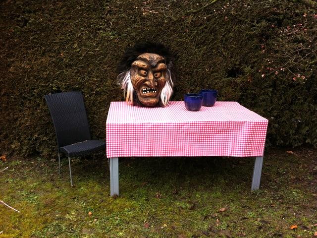 Ein Frühstückstisch mit Maske dekoriert.