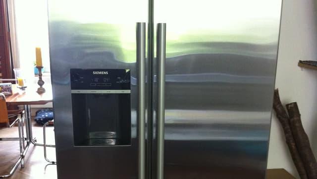 Ein grosser, zweiteiliger Kühlschrank mit Eisfach