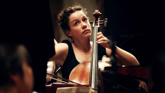 Eine Frau am Cello.