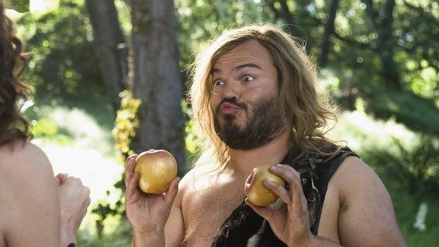 Ein Mann hält in jeder Hand einen Apfel - und macht dazu ein Kussmund