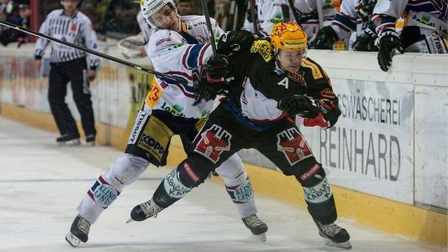 Zwei Eishockeyspieler im Zweikampf.