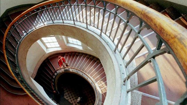 Eine Frau auf der Treppe der Van de Velde-Treppe im Bauhaus in Weimar.