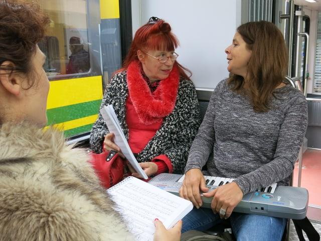 Zwei Frauen sprechen miteinander.