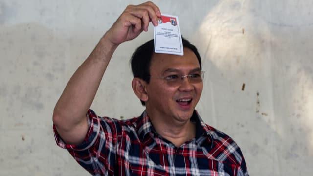 Amtsinhaber Basuki Tjahaja Purnama in kariertem Hemd bei der Stimmabgabe.