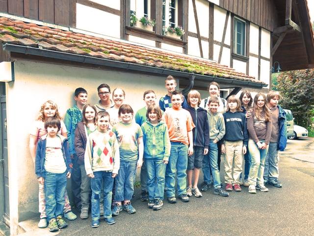 Schulklasse vor dem Schulhaus.