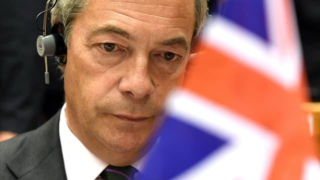 Ukip-Chef Nigel Farage sitzt im EU-Parlament vor einer britischen Fahne.