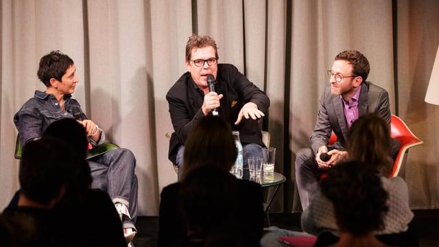 Moderatorin Monika Schärer sitzt mit den Drehbuchautoren Jacob Berger und Thomas Meyer auf der Bühne.