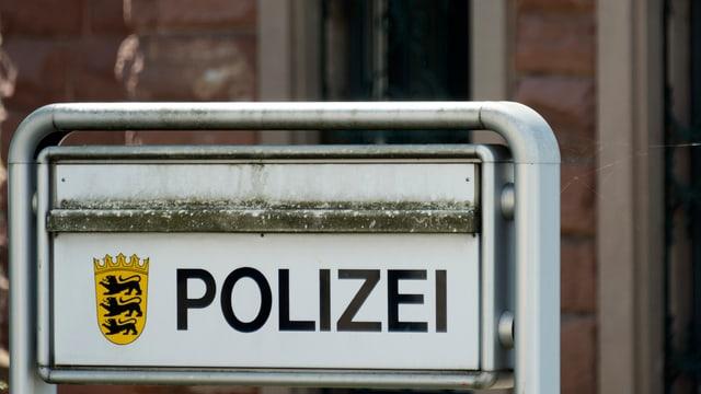 Schild «Polizei» vor einem Polizeiposten.
