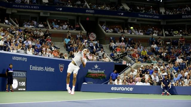 Roger Federer bestreitet gegen John Isner im Arthur Ashe Stadium die letzte Partie des Tages.