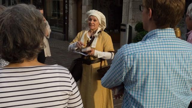 Frau mit weisser Mütze und gelbem Kleid