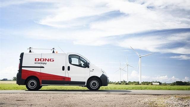 Fahrzeug von Dong Energy - im Hintergrund Windräder.