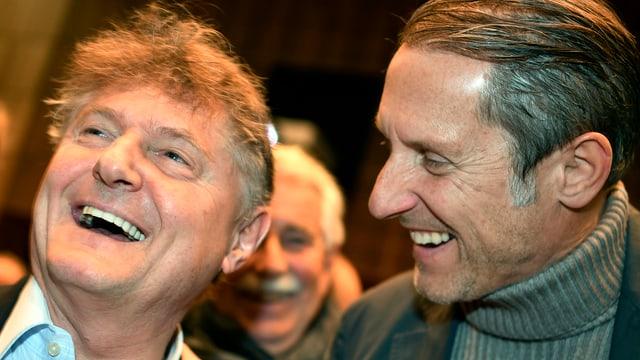 zwei lachende Männergesichter