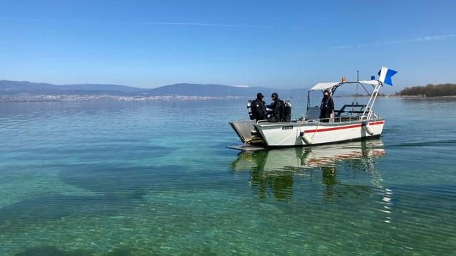 Zwei Taucher auf einem Boot auf dem Neuenburgersee