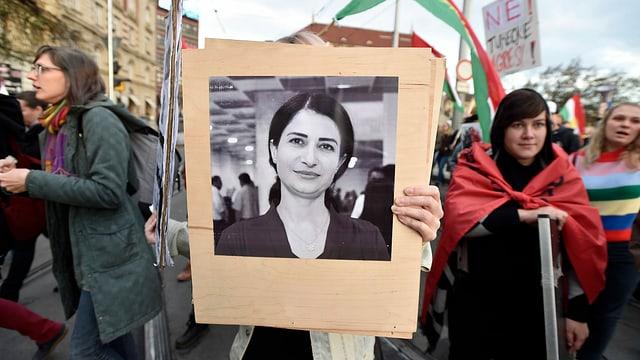 Hevrin Khalaf auf einem Poster