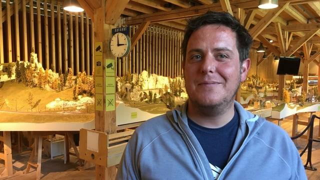 Marc Andrea Barandun sa legra da puspè avrir il museum da viafier a Bravuogn.