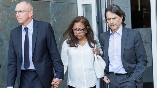 Die Eltern der getöteten Marie mit ihrem Anwalt. (keystone)