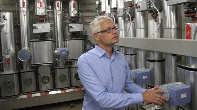 Markus Keiser vom ewl im Raum, wo das Heizwasser auf die verschiedenen Häuser verteilt wird.