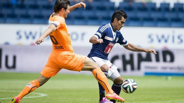 GC-Captain Veroljub Salatic (links) und Luzerns Dario Lezcano kämpfen um den Ball.