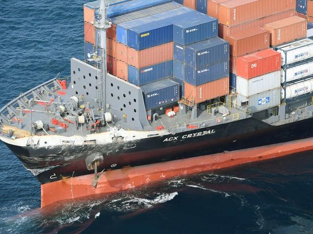 Das Containerschiff hat Schäden am Bug.