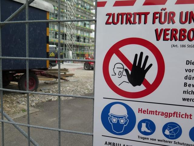 """Schild """"Zutritt verboten"""" und Baustellen-Warnhinweise"""