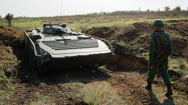 Ein Soldat und ein Panzer in der Ostukraine.