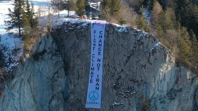 Banner an Felswand