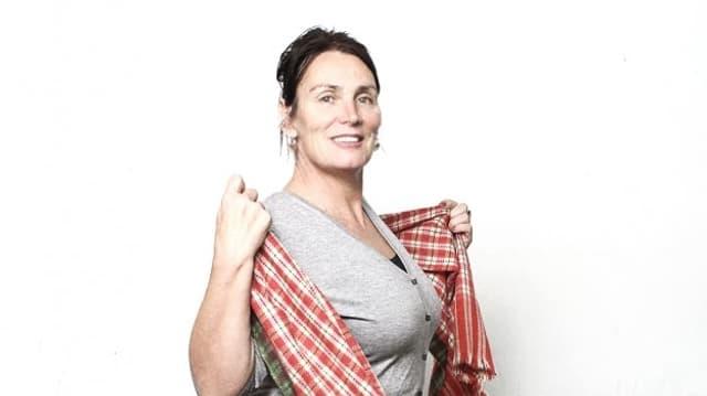 Eine Frau mit einem Tuch in der Hand