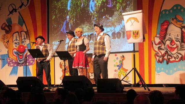 Vier verkleidete Männer auf einer Bühne.
