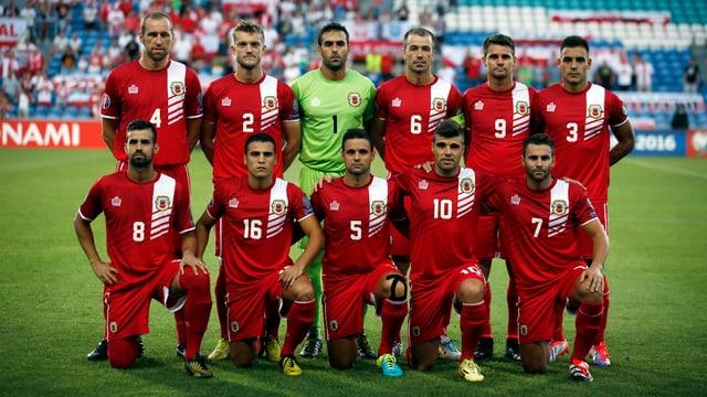 Gibraltars Nationalmannschaft posiert für das Mannschaftsfoto.
