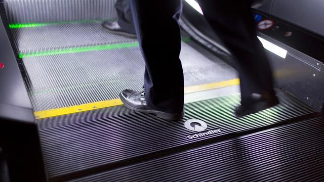 Manager auf einer Rolltreppe von Schindler.