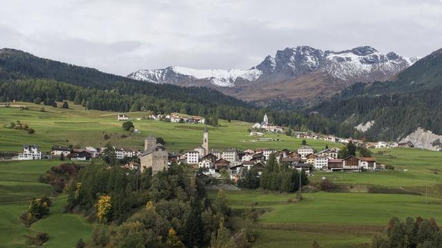 Blick auf das kleine Bergdorf im Frühling.