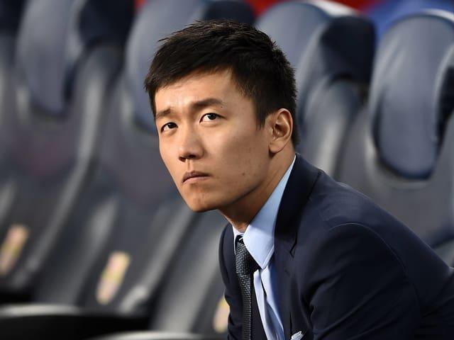 Steven Zhang auf der Spielerbank.